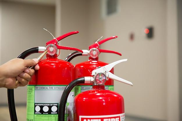 Engenheiros estão verificando extintores de incêndio