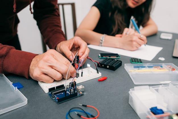 Engenheiros montando construção eletrônica
