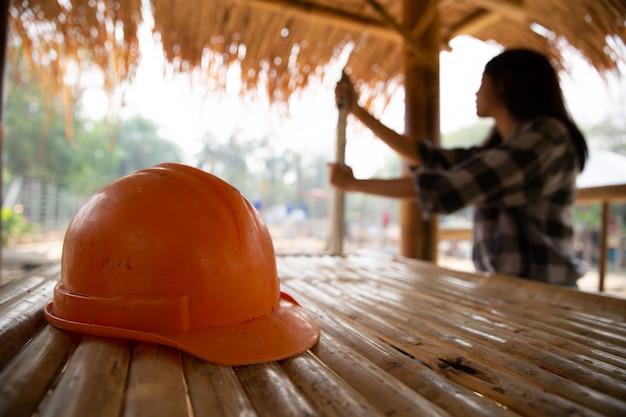 Engenheiros ou trabalhadores carregando chapéus e varas do templo