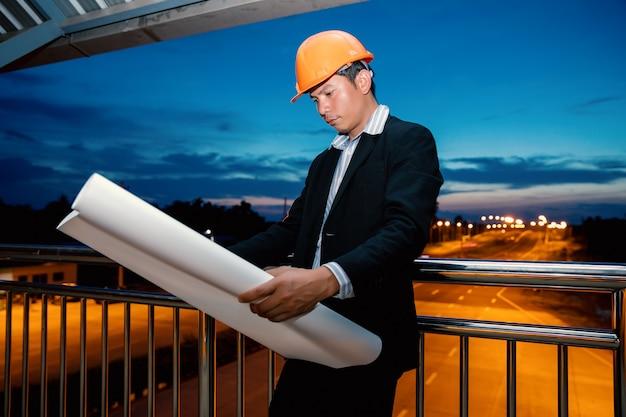 Engenheiros que olham a construção de ponte.