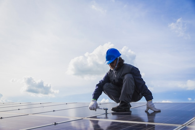 Engenheiros que operam e verificar a geração de energia da usina de energia solar no telhado solar