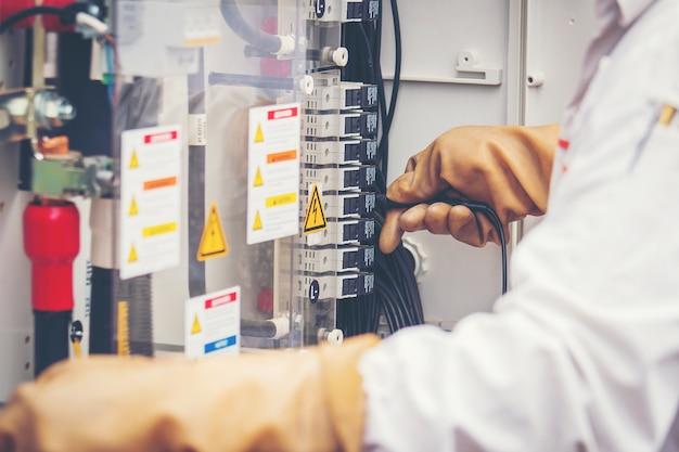 Engenheiros que trabalham em equipamentos de monitoramento e manutenção: status do inversor