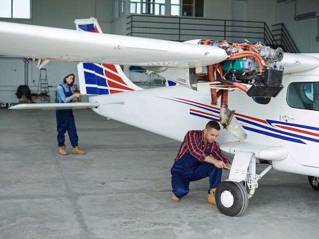 Engenheiros trabalhando com um avião