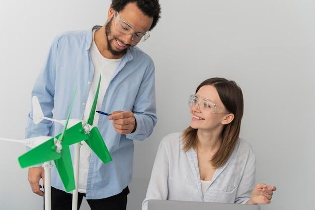 Engenheiros trabalhando em inovações energéticas
