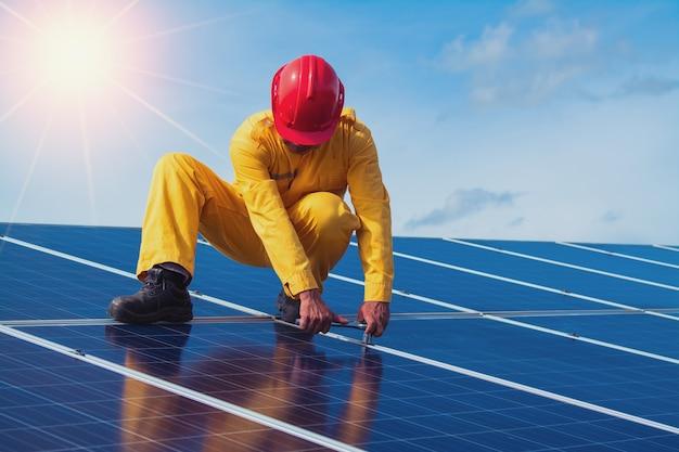 Engenheiros verificando a instalação de painéis solares