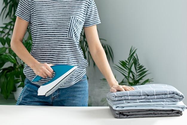 Engomar roupas. dever de casa. responsabilidades de manutenção da casa. vaporizador.