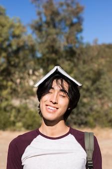 Engraçado adolescente asiática sorridente