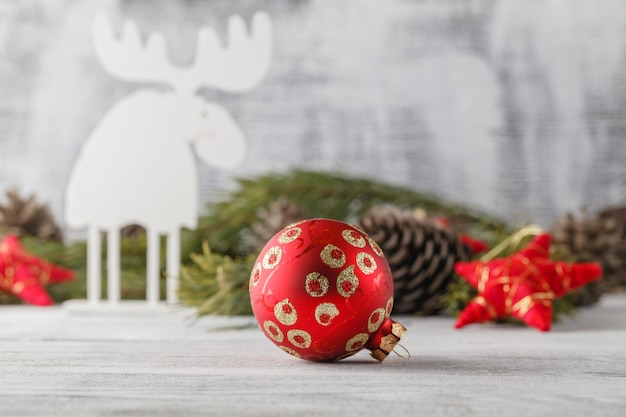 Engraçado cartão de natal com rena para uma saudação em uma mesa de madeira