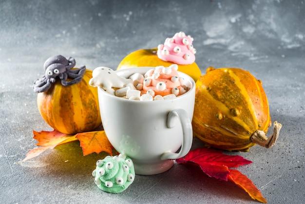 Engraçado chocolate quente de halloween com marshmallows