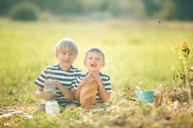 Engraçado crianças bebendo leite e comendo pão