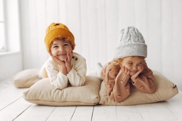 Engraçado crianças se divertindo