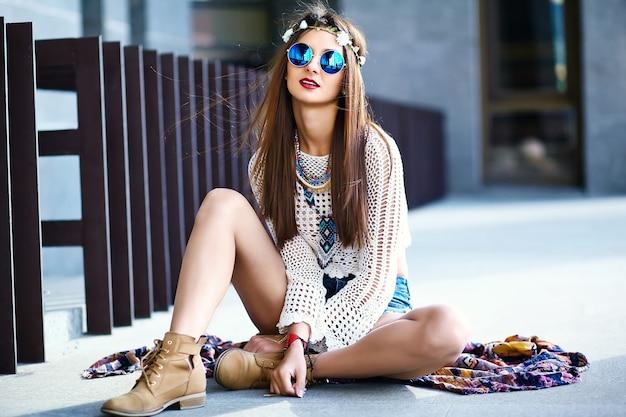 Engraçado elegante sexy sorridente modelo de mulher jovem e bonita hippie em roupas de verão branco hipster posando na rua