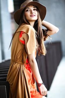 Engraçado elegante sexy sorridente modelo jovem mulher bonita hippie em roupas de verão brilhante hipster vestido na rua de chapéu