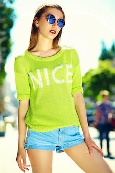 Engraçado elegante sexy sorridente mulher jovem e bonita modelo em pano hippie amarelo brilhante de verão na rua
