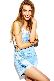 Engraçado glamour louco elegante sexy sorridente modelo mulher jovem e bonita loira em pano brilhante jeans verão