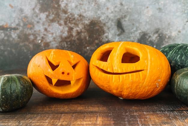 Engraçado halloween jack-o-lanterns na mesa