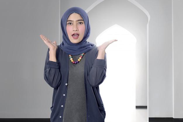 Engraçado mulher muçulmana asiática com hijab
