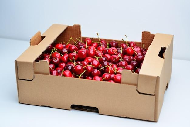 Engradado com cerejas em uma parede branca engradado com cerejas em uma parede branca bing cherrie