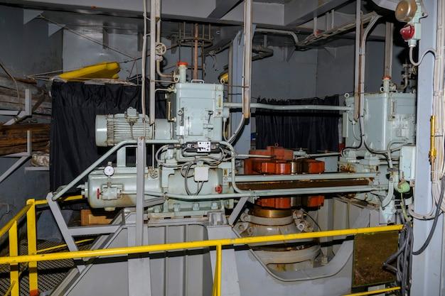 Engrenagem de direção. máquina do leme. bomba hidráulica. motor marinho. sala de direção em um grande navio.