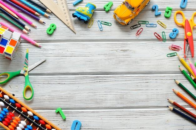 Engrenagem de escritório e estudante sobre a mesa de madeira