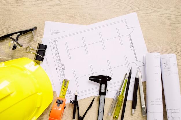 Engrenagem de segurança e ferramentas perto de esquemas