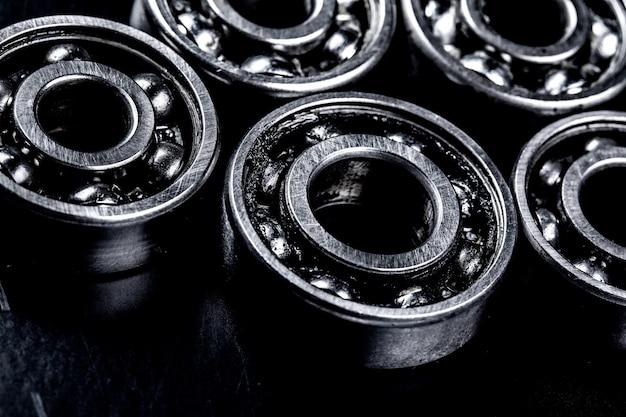 Engrenagens de metal no fundo preto