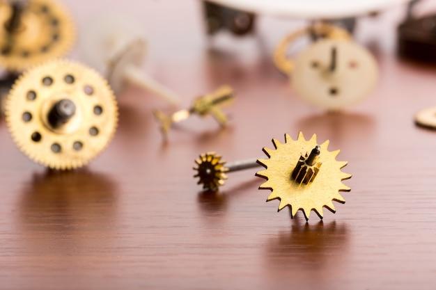 Engrenagens diferentes na mesa de madeira, close-up