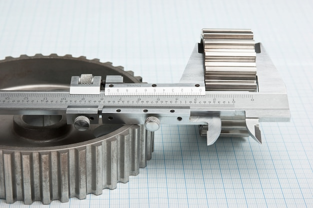 Engrenagens e pinça em papel milimétrico