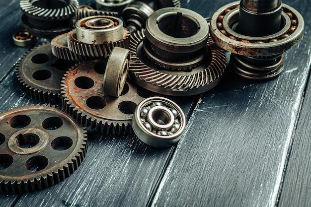Engrenagens e rolamentos de peças de automóveis em fundo de madeira
