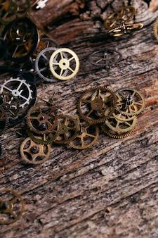 Engrenagens na mesa de madeira