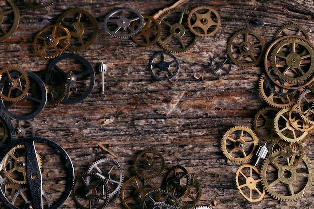 Engrenagens no fundo da mesa de madeira