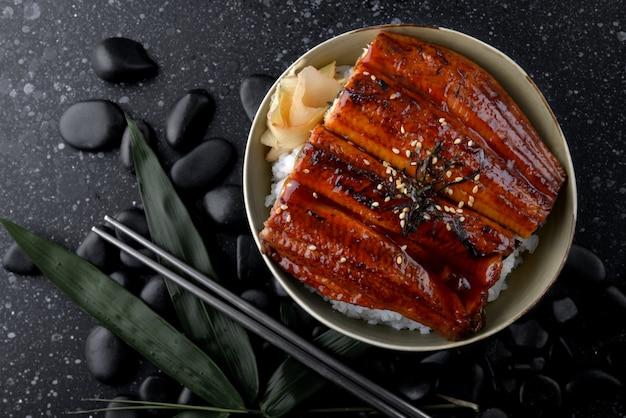 Enguia grelhada japonesa com arroz.
