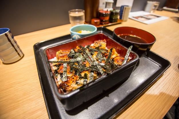 Enguia japonesa grelhada com arroz