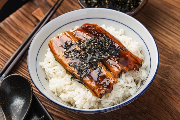 Enguia japonesa grelhada com tigela de arroz ou unagi don - comida japonesa