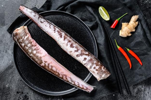 Enguia marinha crua com ingredientes de cozinha, lima, gengibre e pimenta malagueta