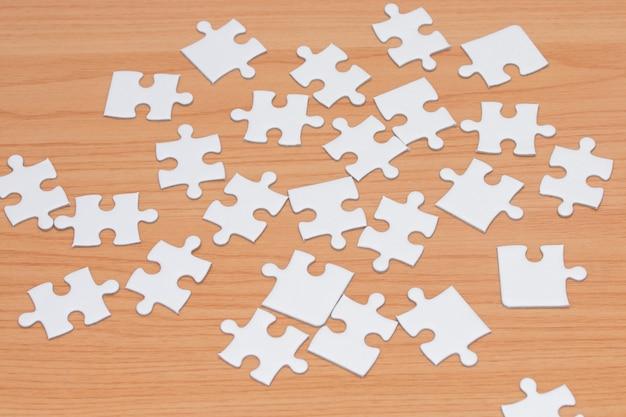 Enigma de serra de vaivém branco na tabela de madeira.