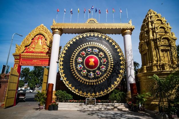 Enorme gong no wat ounalom em phnom penh, camboja. entrada do templo. pagode budista. atrações em phnom penh