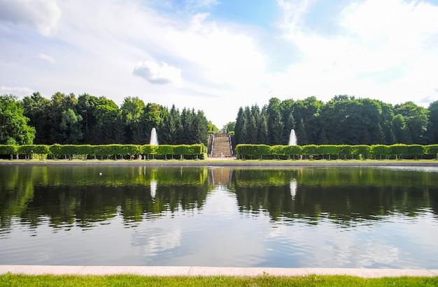 Enorme lagoa no parque de peterhof.