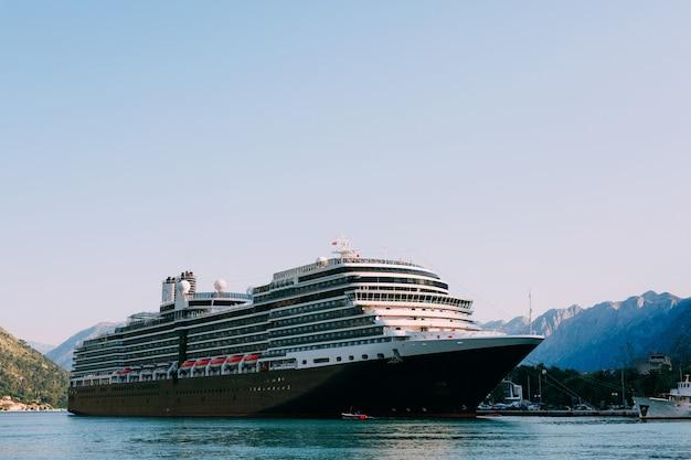 Enorme navio de cruzeiro na baía de kotor negro, perto da antiga