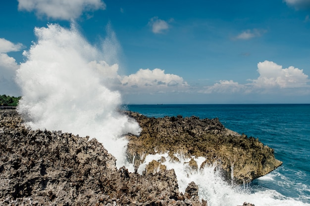 Enorme onda esmagar rocha na costa