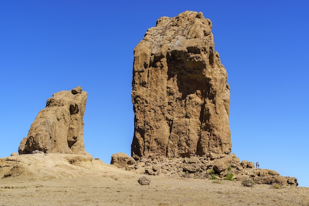 Enorme rocha vertical chamada roque nublo na ilha de gran canaria. parque natural protegido. espanha.