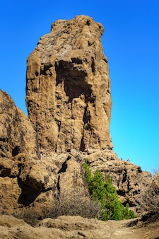 Enorme rocha vertical chamada roque nublo na ilha de gran canaria. parque natural protegido. europa.