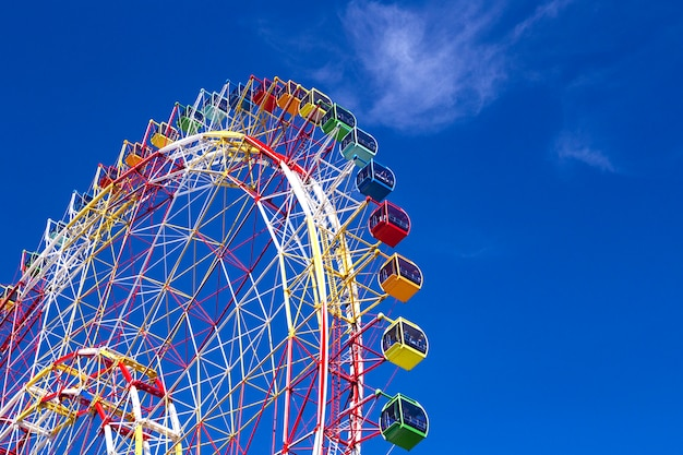 Enorme roda gigante colorida moderna e brilhante
