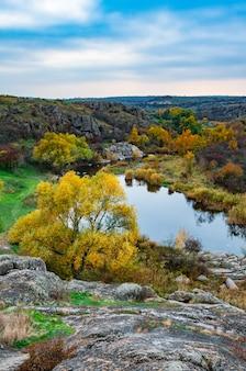 Enormes depósitos de antigos minerais de pedra cobertos por vegetação