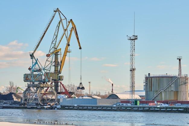 Enormes guindastes portuários em porto marítimo