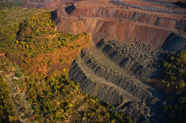 Enormes montes de resíduos de minério de ferro perto da pedreira