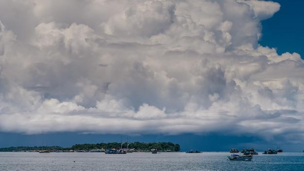 Enormes nuvens brancas acima do porto em waisai, waigeo, raja ampat, papua ocidental, indonésia