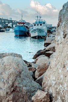 Enormes pedras na praia