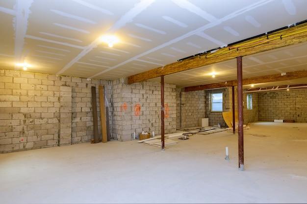 Enquadramento da nova casa em construção com vista inacabada do subsolo