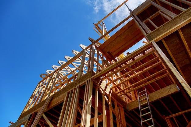 Enquadramento de casa nova vara construída em casa em construção sob construção de céu azul